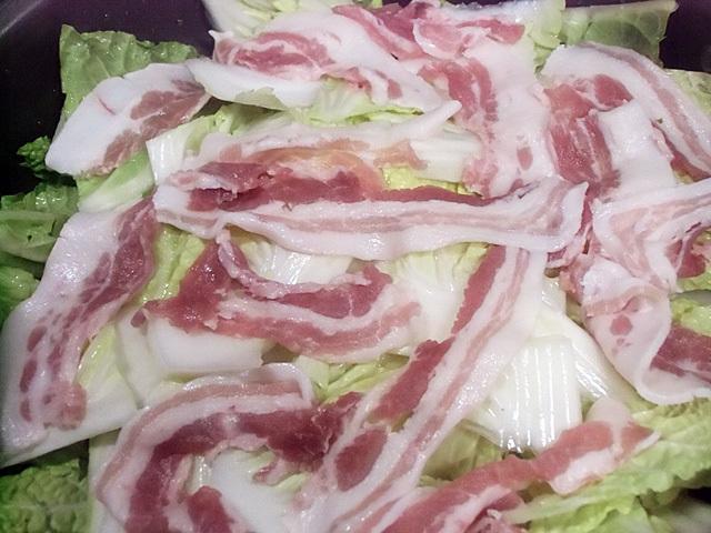 肉と白菜を重ねる