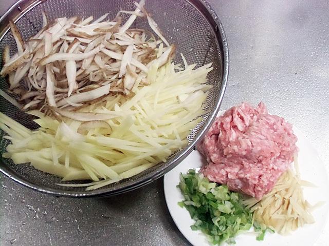 せん切り根菜とひき肉