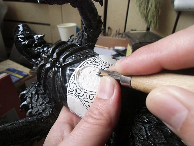 ガイコツの枠を彫る