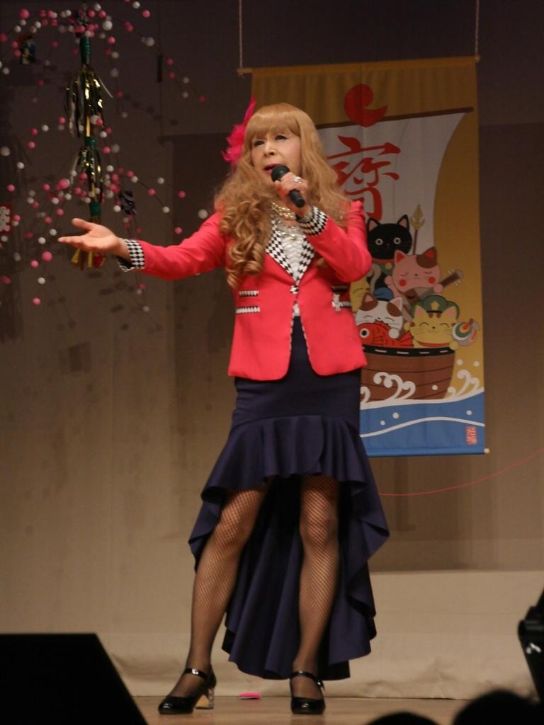 赤ジャケット紺マーメイドスカート舞台(2)