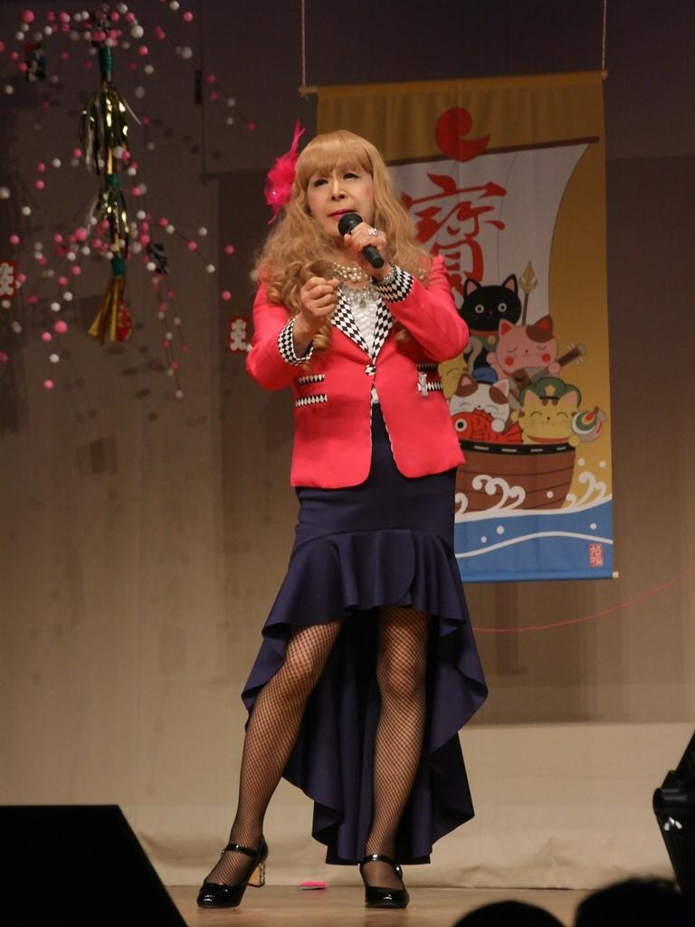 赤ジャケット紺マーメイドスカート舞台(3)