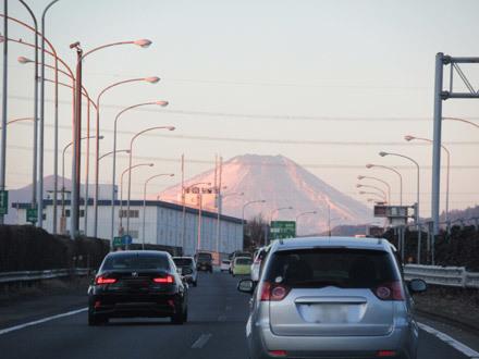 中央道八王子付近から見える朝焼けの富士山