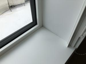 盛り上がった窓枠
