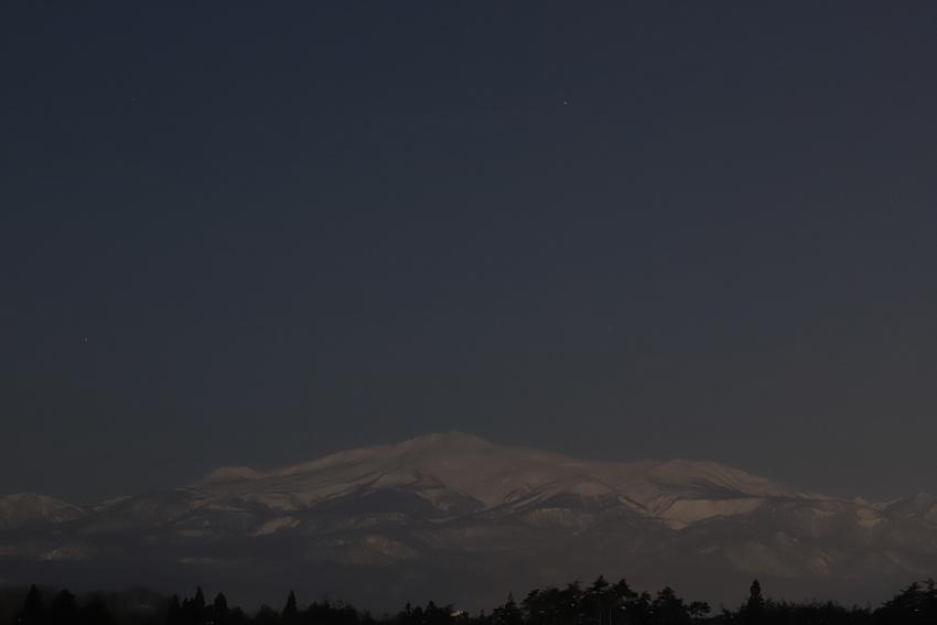 20180201月光下の栗駒山