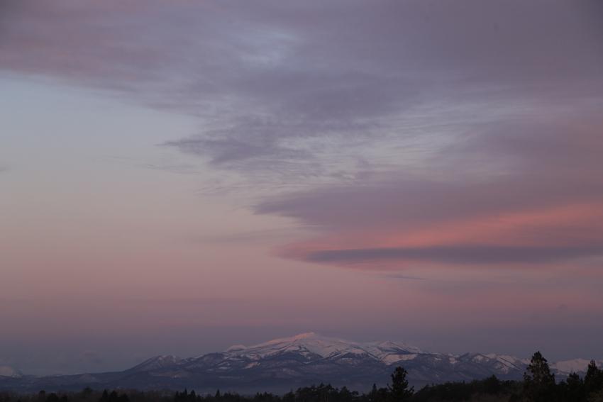 20180115山頂に朝陽が当たり始めた栗駒山