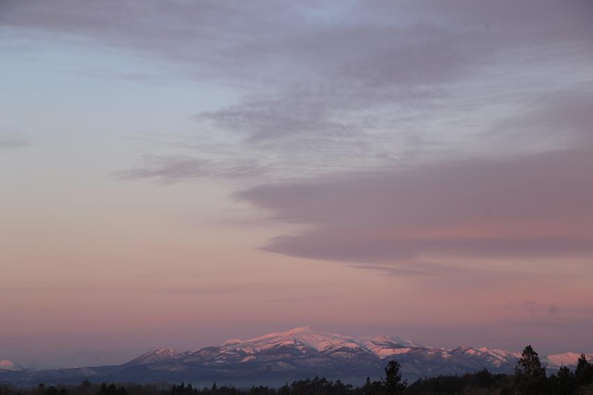 20180115朝陽を浴びる栗駒山1