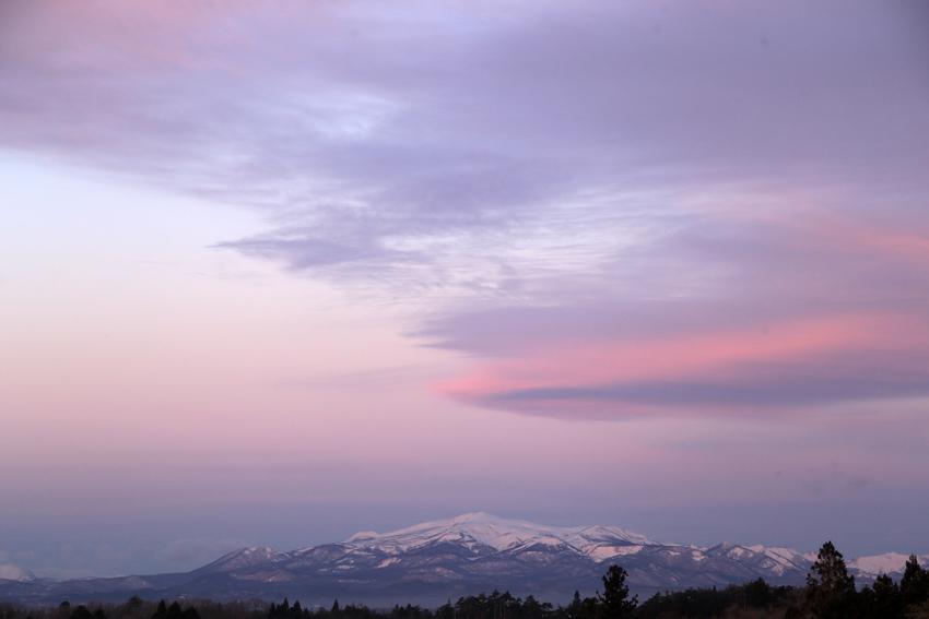 20180115日の出寸前の栗駒山とつるし雲