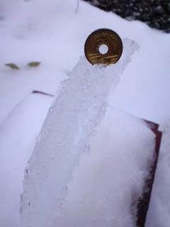 氷の厚さ 五円玉と比較