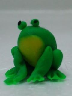 座るカエル