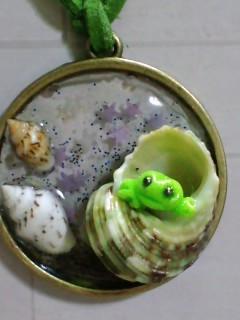 青谷 貝殻レジン 蛙入りグリーン紐