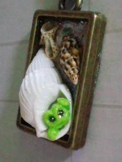 青谷 貝殻レジン 蛙入りブルー紐