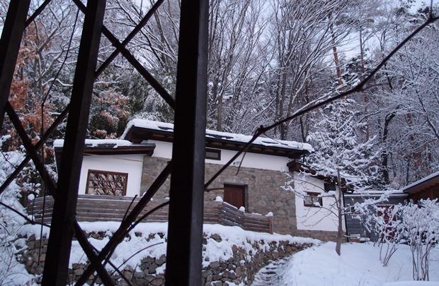 石積みのコテージの雪景色