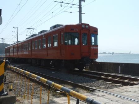 梅津寺駅付近を通る電車
