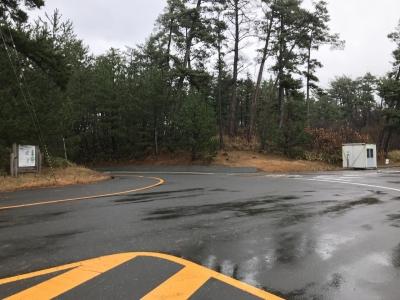 駐車場から小学校方向を撮影