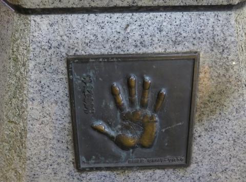 両国 力士像 千代乃富士手形