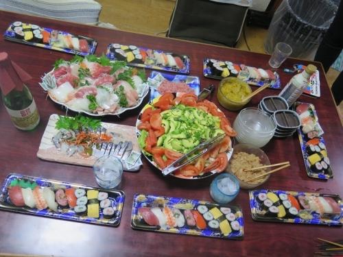 刺身とお寿司とサラダ