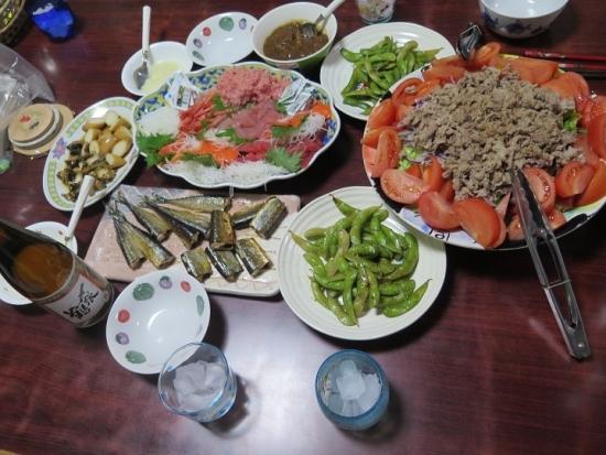 刺身盛り、肉サラダ、枝豆塩だれいため、干し秋刀魚