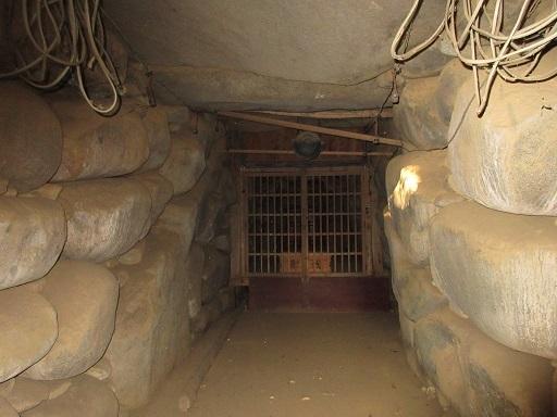 姥塚古墳羨道より玄室