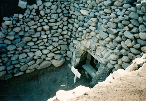 久保ヶ谷戸横穴墓羨門前庭部石積