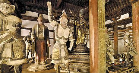 修理後新しい仏像安置となった、東大寺・法華堂の堂内