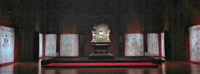 法隆寺金堂壁画に囲まれた釈迦三尊像(共にクローン文化財)