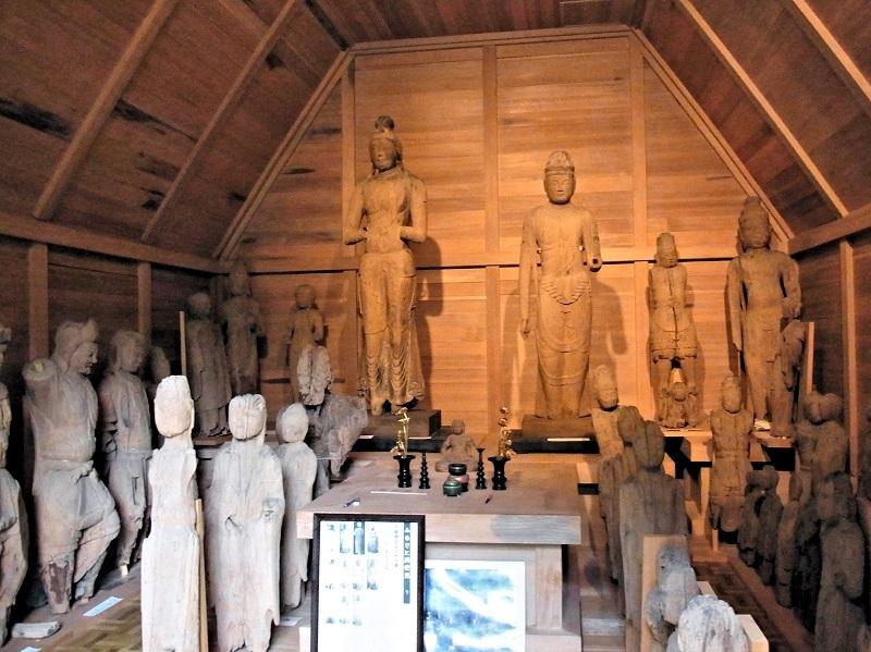 大量の破損仏が肩を並べる東高尾・観音寺収蔵庫