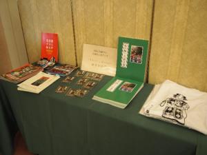 当日販売された「杜の賑い 久田見祭」(末松会長著)、「玉屋さんTシャツ」など
