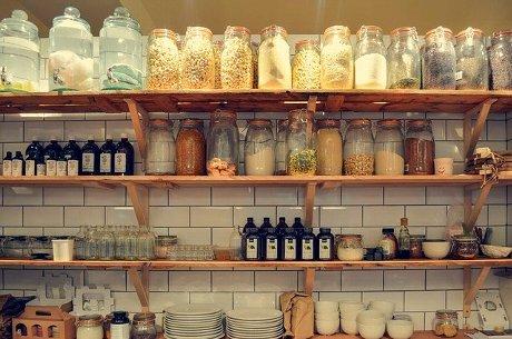 棚に並んだ保存容器