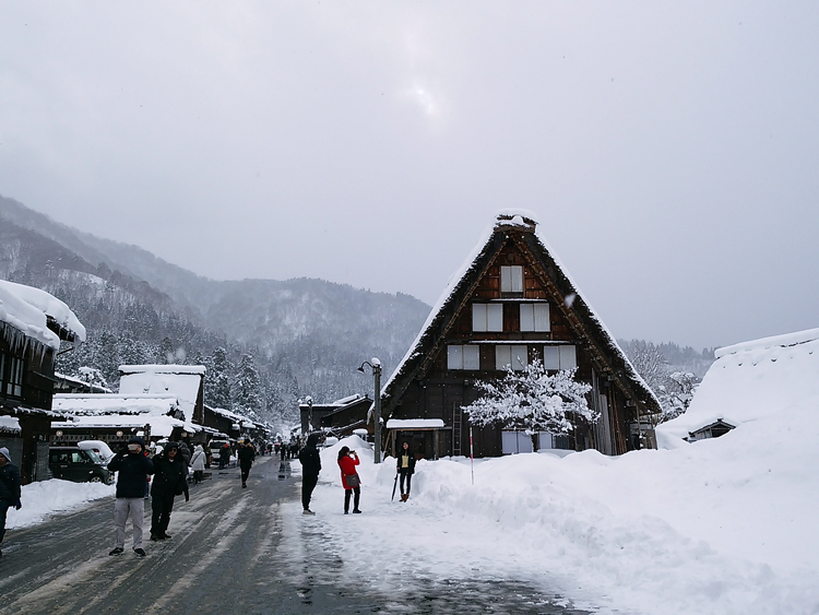 みんな楽しそうに雪とたわむれたり、写真を撮ったり、白川郷2