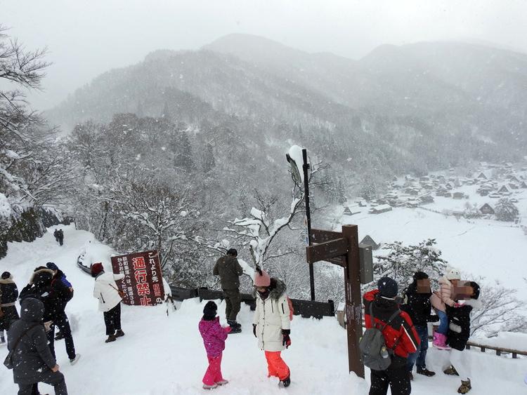 みんな楽しそうに雪とたわむれたり、写真を撮ったり、白川郷7