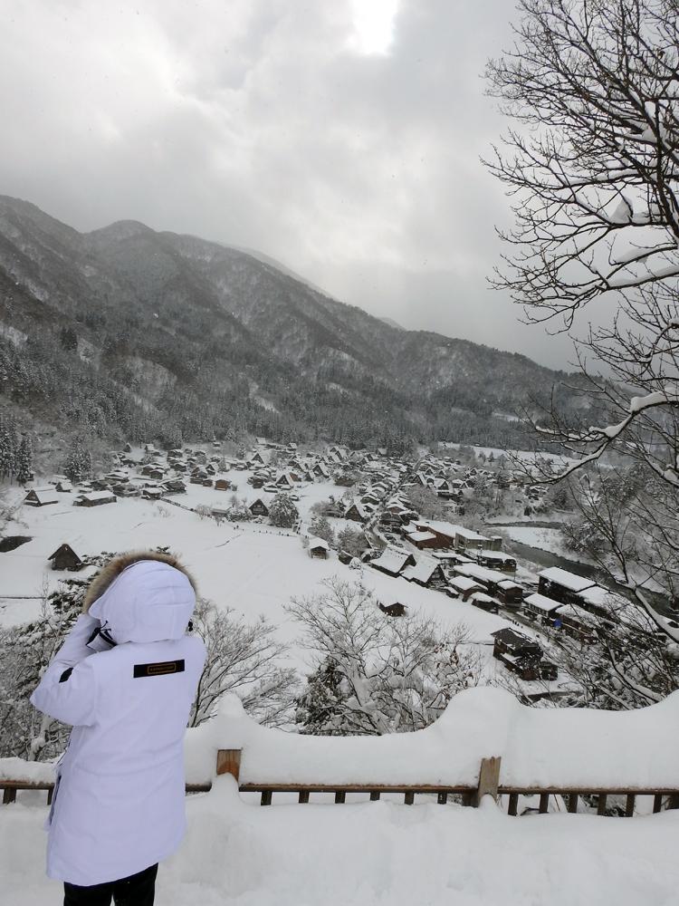 みんな楽しそうに雪とたわむれたり、写真を撮ったり、白川郷8