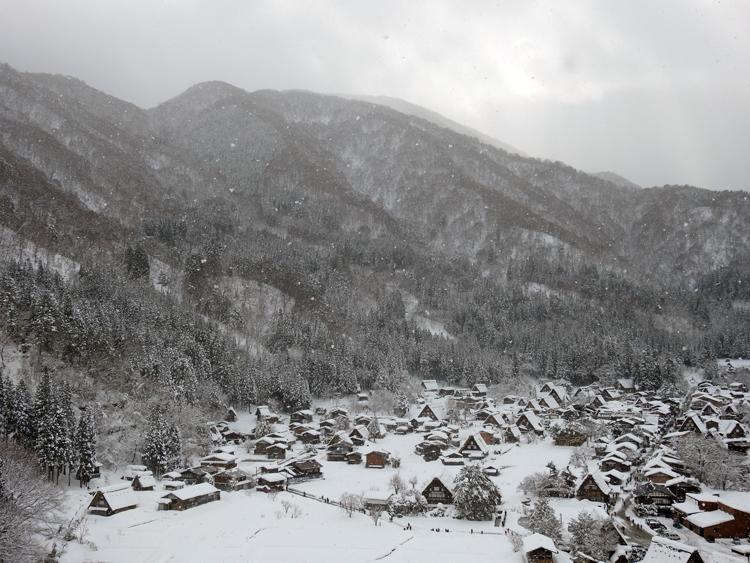 みんな楽しそうに雪とたわむれたり、写真を撮ったり、白川郷9