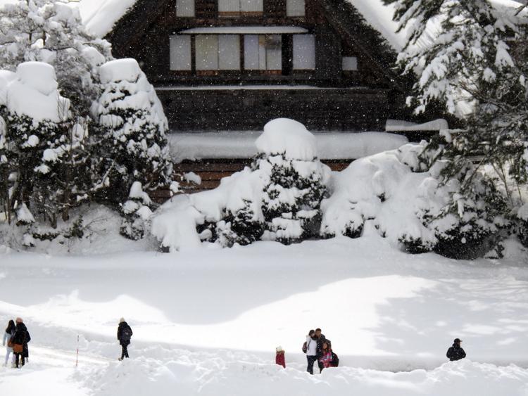 みんな楽しそうに雪とたわむれたり、写真を撮ったり、白川郷10