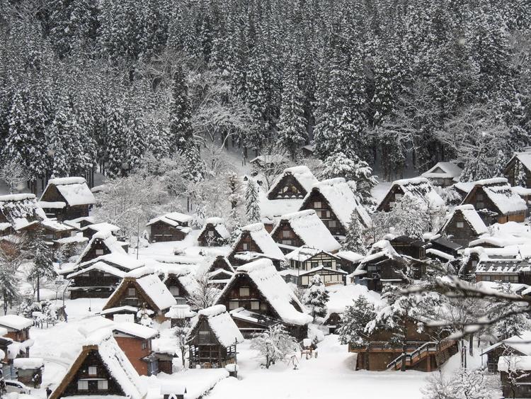 みんな楽しそうに雪とたわむれたり、写真を撮ったり、白川郷11