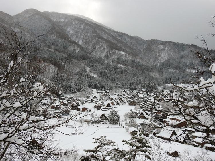 みんな楽しそうに雪とたわむれたり、写真を撮ったり、白川郷12