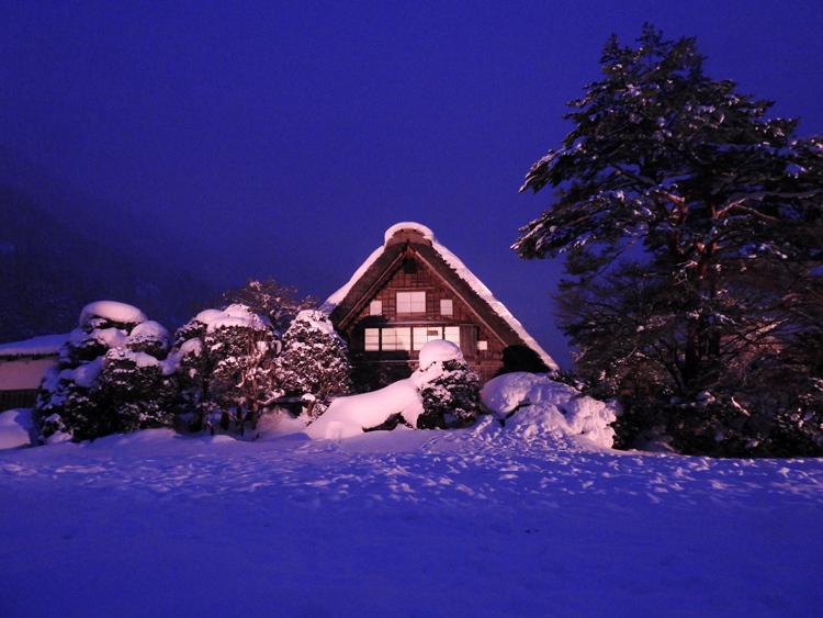 白川郷では雪降る中での第3回白川郷ライトアップ1
