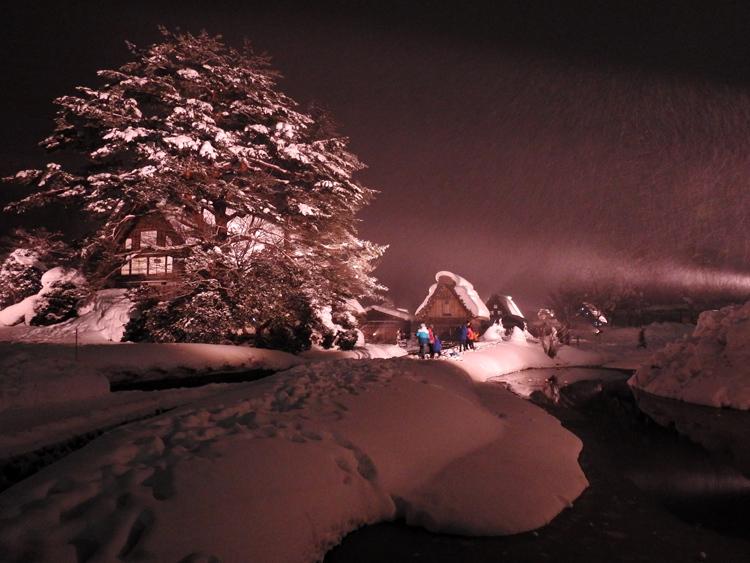 白川郷では雪降る中での第3回白川郷ライトアップ3