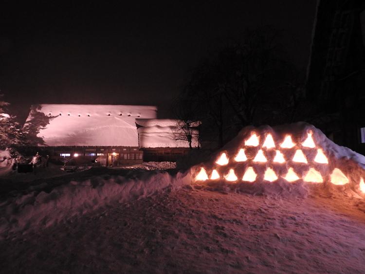 白川郷では雪降る中での第3回白川郷ライトアップ5