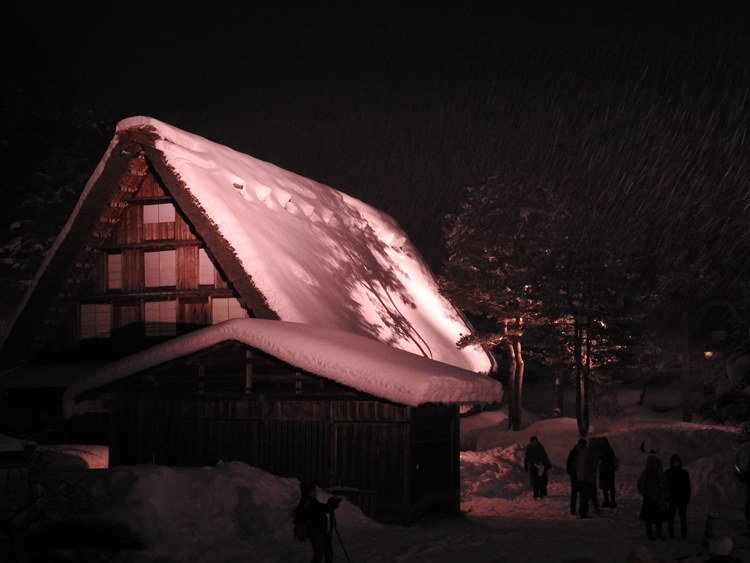白川郷では雪降る中での第3回白川郷ライトアップ6