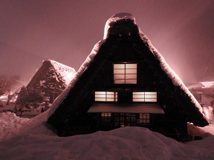 白川郷では雪降る中での第3回白川郷ライトアップ8