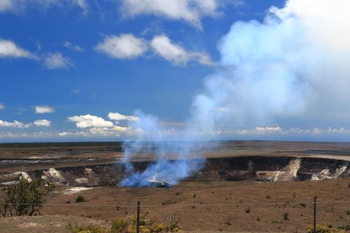 水蒸気を上げるハレマウマウ火口
