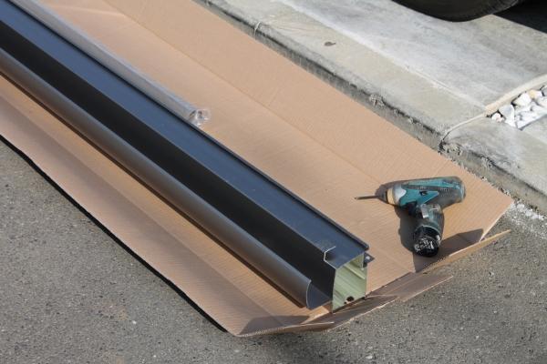 IMG_0356_テラス屋根施工_部品とドリル