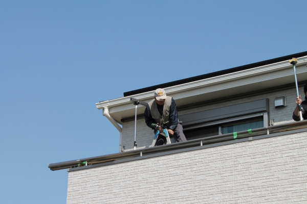 IMG_0365_テラス屋根施工_はしごまたがり