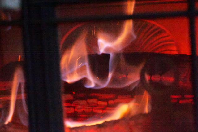 温かなぬくもり・・・薪ストーブの火-03