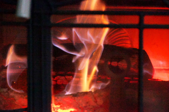 温かなぬくもり・・・薪ストーブの火-04