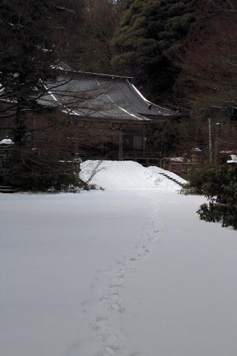 華蔵寺薬師堂の前