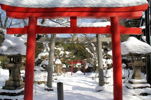 雪に埋もれた城山稲荷神社
