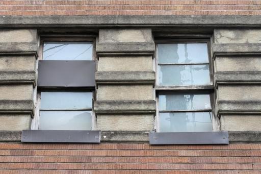 トラヤ紳士服店のスクラッチタイルと窓