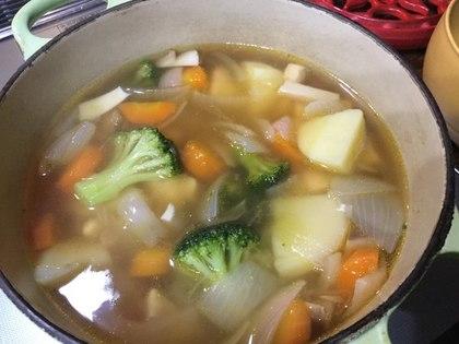暖かいコンソメスープ