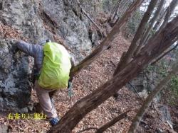 岩場の基部に沿って右にスベリ沢最上部をトラバース